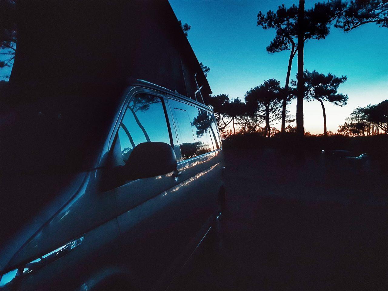 vue artistique d'un van au soleil couchant