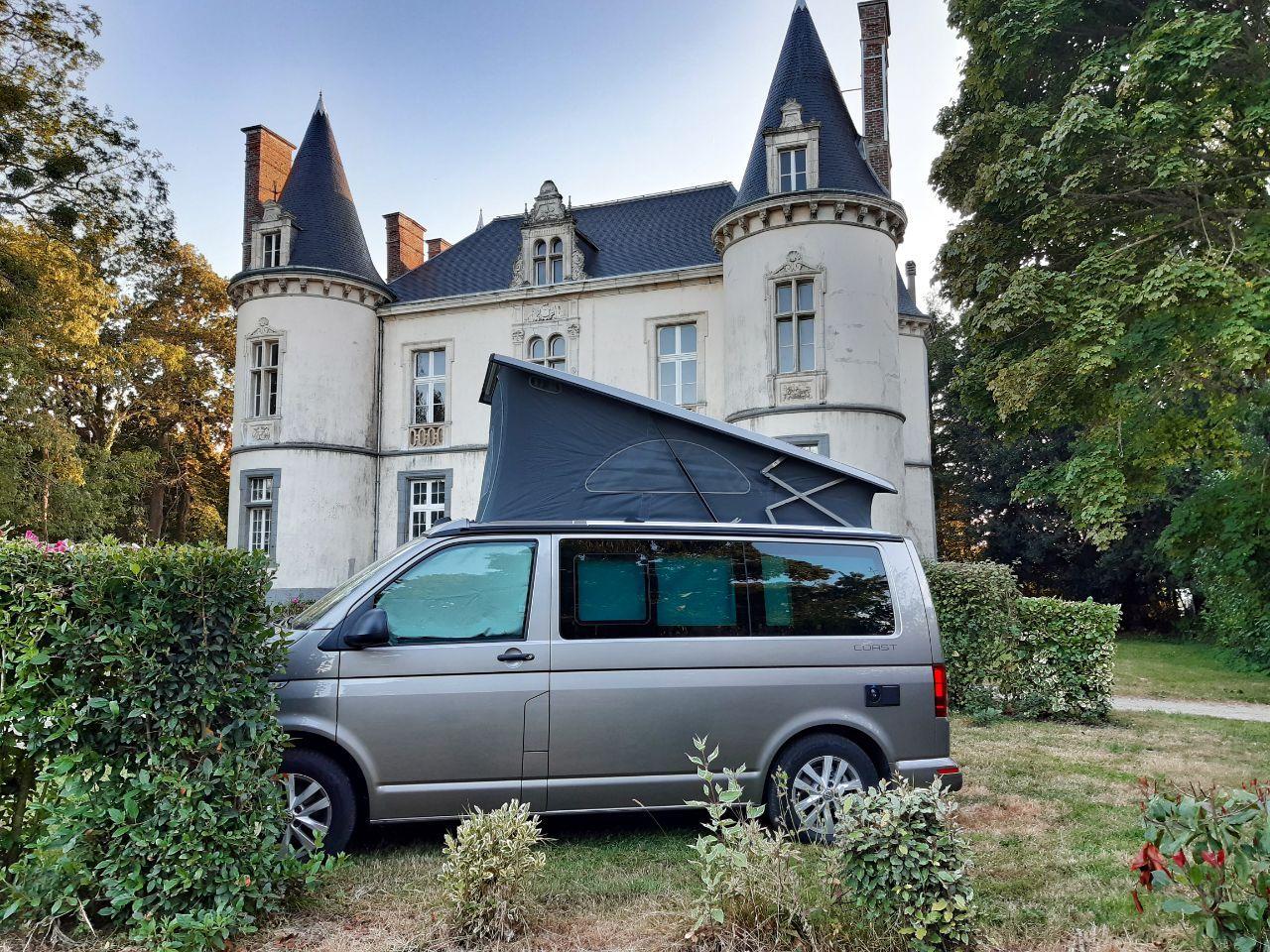 Van Road2Nowhere devant chateau en Belgique