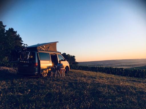Van face au coucher de soleil après une journée à vélo