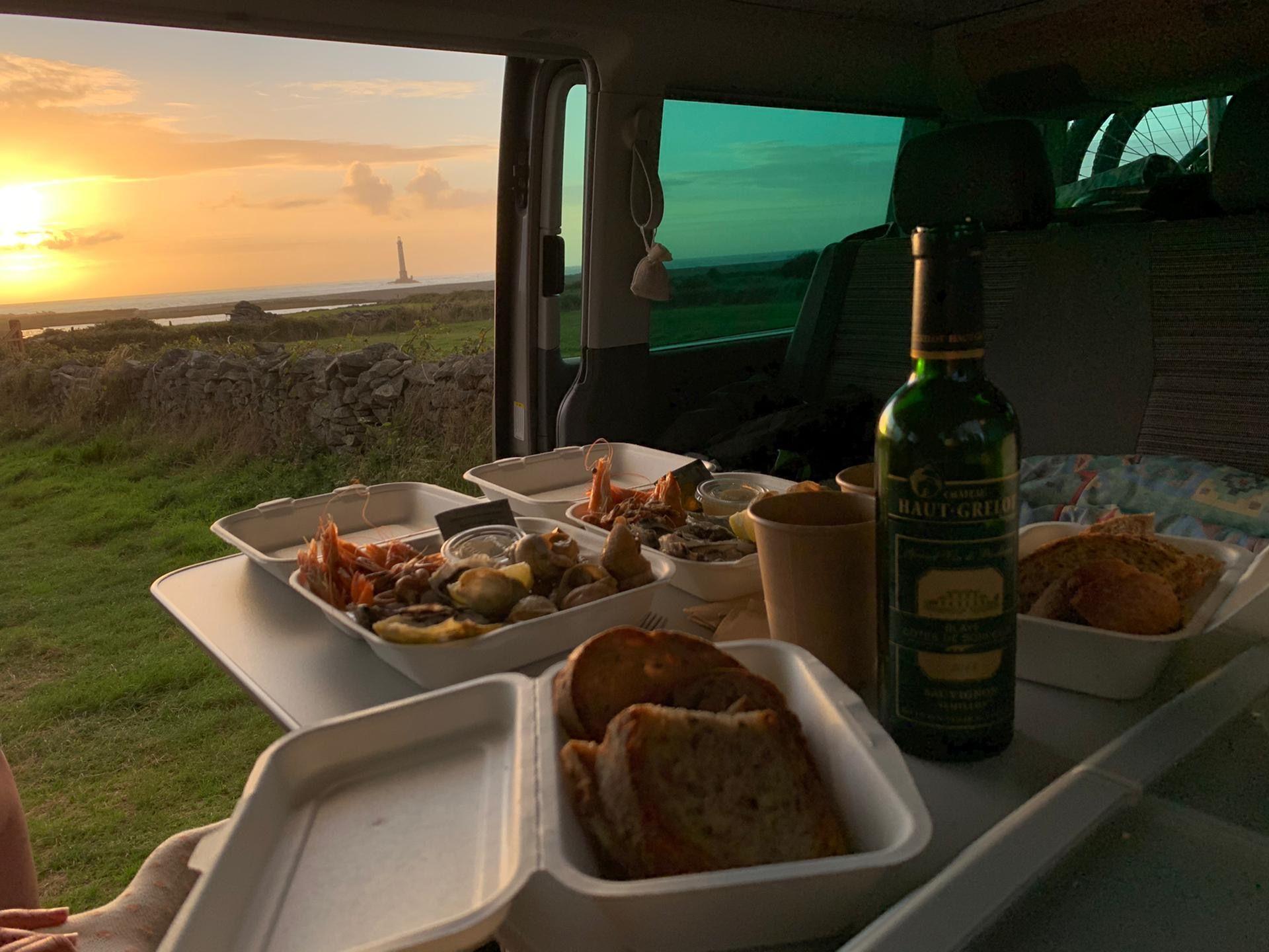 la vie en van, repas du soir au soleil couchant