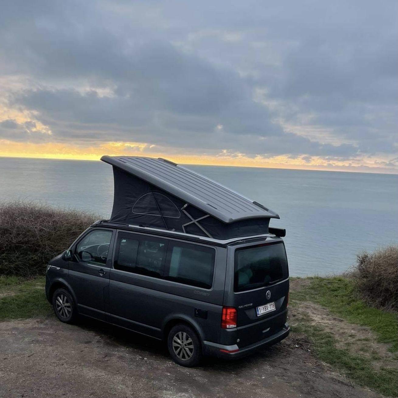 Van California coast road2nowhere devant la mer à la côte d'Opale