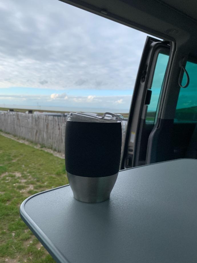 la vie en van, un café face à la mer